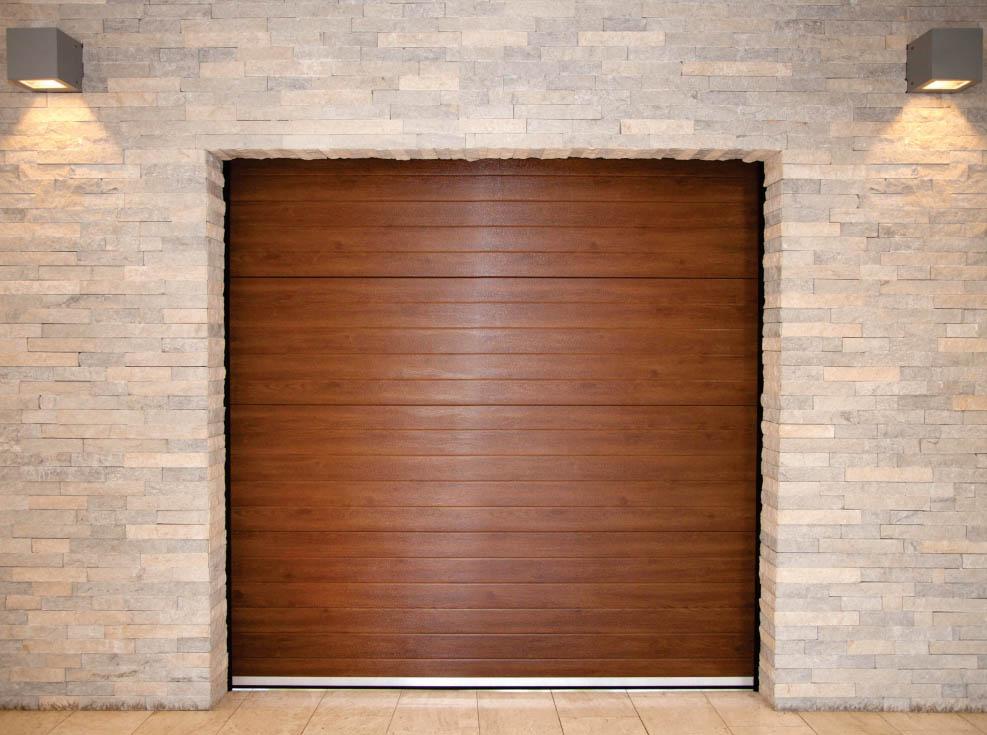 Usi de garaj rezidentiale din lemn imbinata cu zid de caramida, luminat de becuri cu lumina calda. Disponibile la ifenster beclean