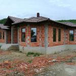 Casa in constructie cu geamuri si usi termopan cu profil Aluplast 85 MD de la Ifenster Beclean