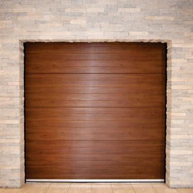 usi de garaj rezidentiale de culoare maro asemanator lemnului montate pe perete de caramida rosie