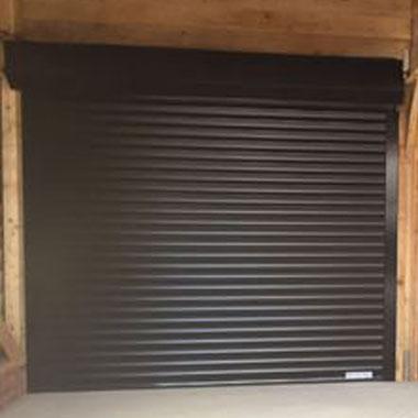 usi de garaj tip rulou de culoare maro montate pe perete de lemn